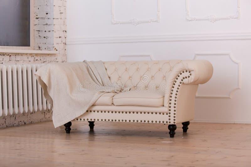 Helles Sofa im Reinraum stockfotos