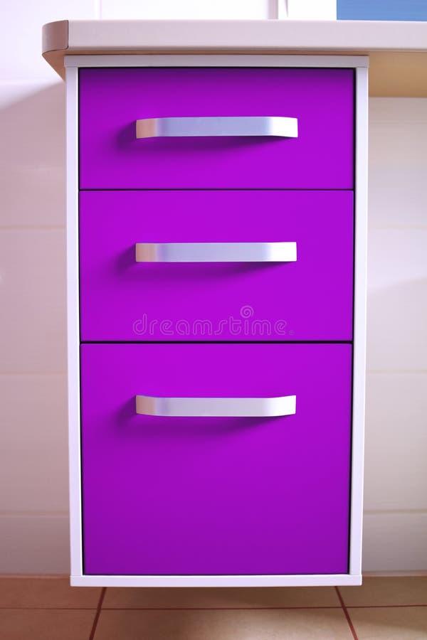 Helles ultraviolettes purpurrotes modernes Kommode stockfoto