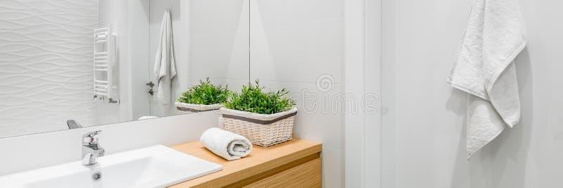 Helles und weißes Badezimmer lizenzfreies stockfoto