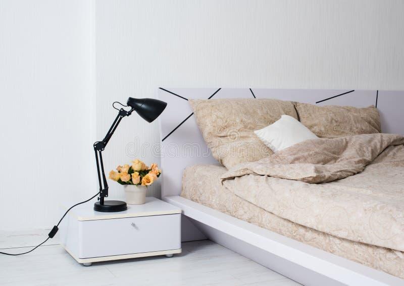Helles weißes Schlafzimmer stockfotos