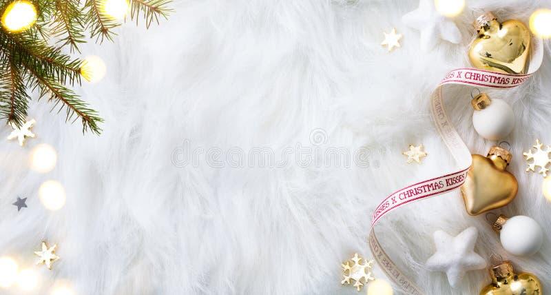 Helles Weihnachten; Feiertagshintergrund mit Weihnachtsdekoration und C lizenzfreie stockfotos