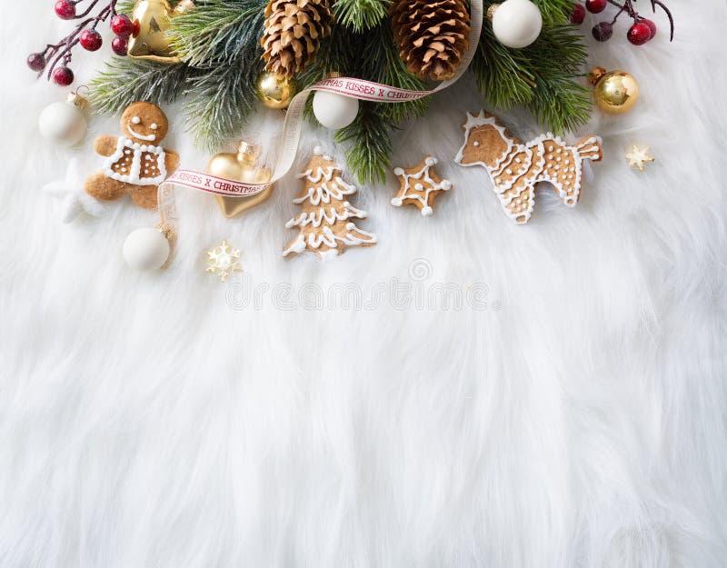 Helles Weihnachten; Feiertagshintergrund mit Weihnachtsdekoration und C lizenzfreie stockfotografie