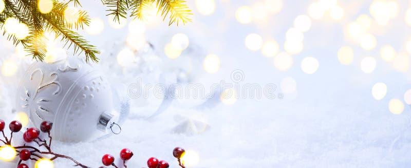 Helles Weihnachten; Feiertagshintergrund mit Weihnachtsverzierung auf Schnee stockfotos