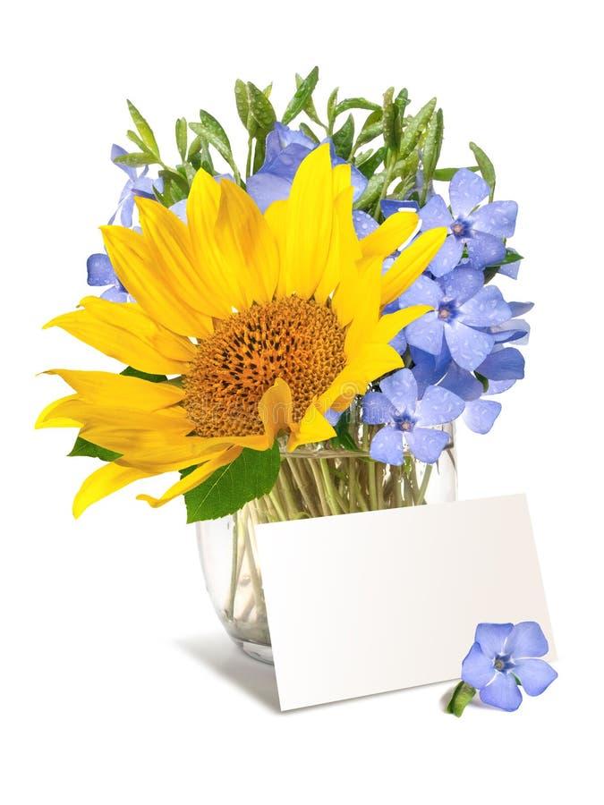Helles wildes Singrün und Sonnenblume blühen Blumenstrauß mit einem blanc für Ihren Text lizenzfreies stockfoto
