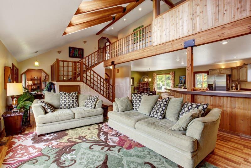 helles wohnzimmer mit massivholzboden und hohe decke mit holzbalken stockfoto bild von. Black Bedroom Furniture Sets. Home Design Ideas