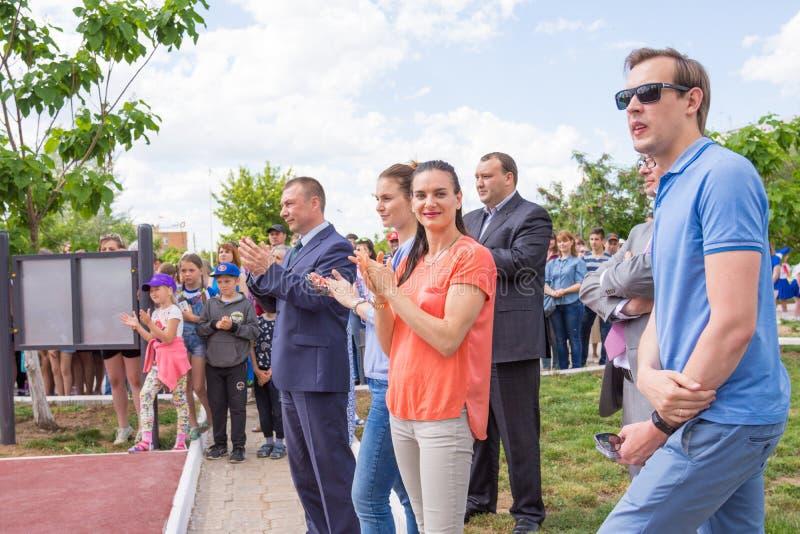 Helles Yar Wolgograd-Region Russland - 2. Juni 2017 Olympischer Meister Yelena Isinbayeva und Sofia Velikaya bei der Eröffnung de stockbilder