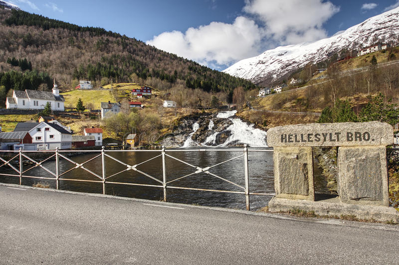 Hellesylt - piccolo villaggio in Norvegia occidentale fotografie stock