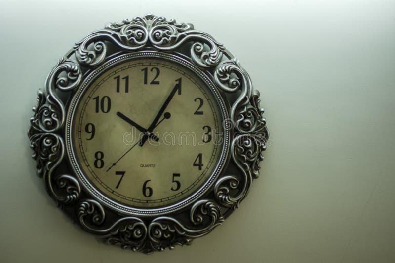 Hellgelbe Rückseite alter Designer-Wall Clock Withs rieb das Zeigen von Zeit10:05uhr und von freiem spac auf rechter Seite lizenzfreie stockbilder