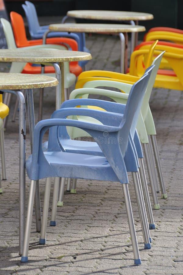 Hellgrüne und hellblaue Plastikstühle lizenzfreies stockbild