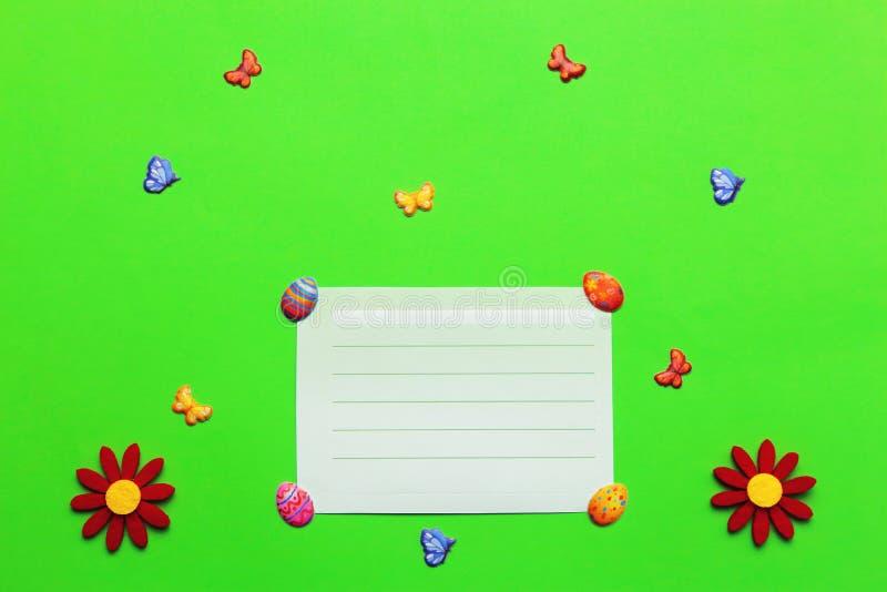 Hellgrüner Ostern-Babyhintergrund für Abdeckung mit Blumen, Kolben stockfotos