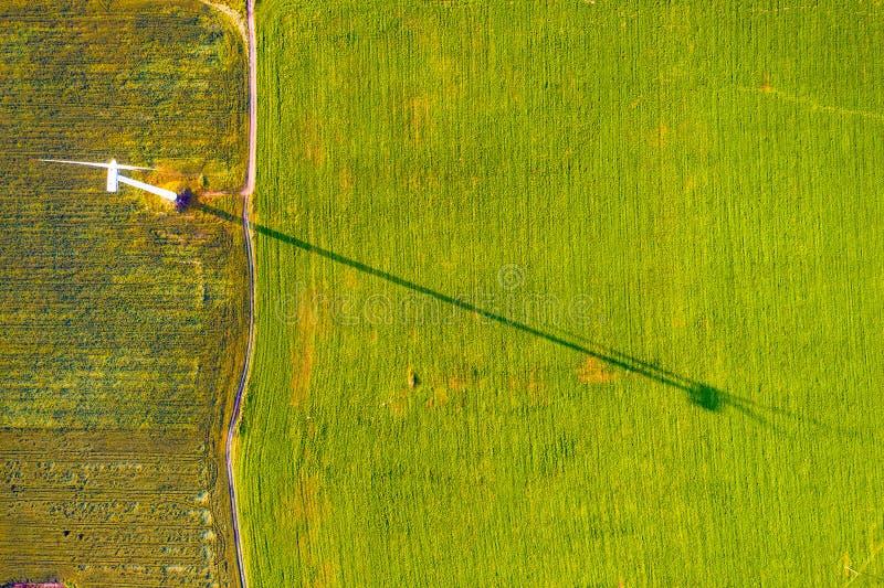 Hellgrünes Feld auf Ackerland, Luftlandschaft Canon HV30 Windturbinen auf dem gr?nen Gebiet lizenzfreies stockbild