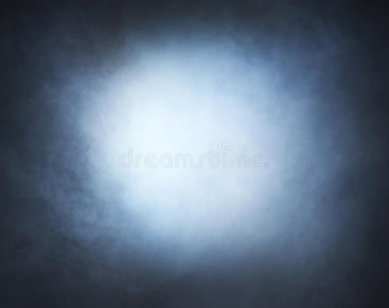 Hellgrauer Rauch auf einem schwarzen Hintergrund