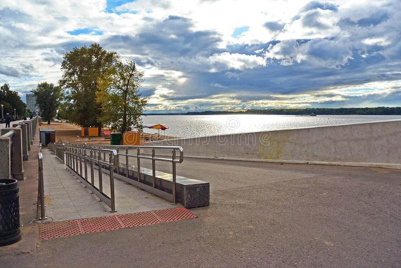 Helling voor gehandicapten op de Volga dijk van de Samara-stad royalty-vrije stock foto