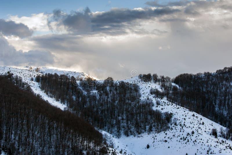Hellingen van de winter toeristische toevlucht in Kopaonik - een grootste bergketen in Servië Het is een nationaal park met mooie stock afbeelding