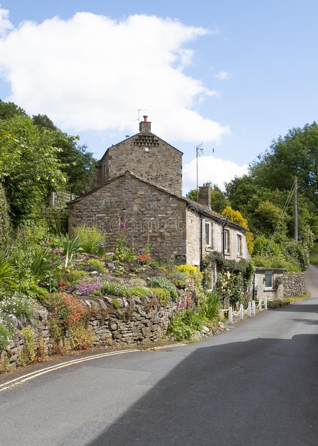 Hellingsplattelandshuisje met plattelandshuisjetuin in de Dallen van Yorkshire royalty-vrije stock fotografie