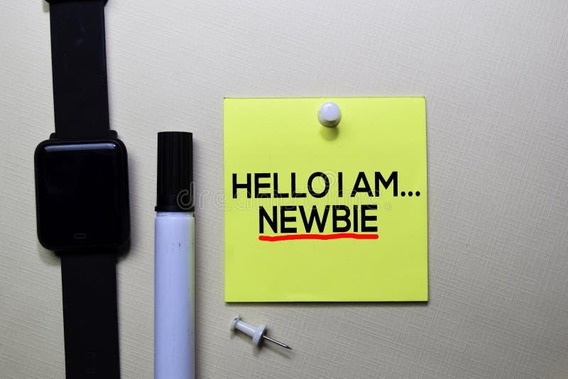 Hello är jag Newbietext på klibbiga anmärkningar som isoleras på kontorsskrivbordet fotografering för bildbyråer