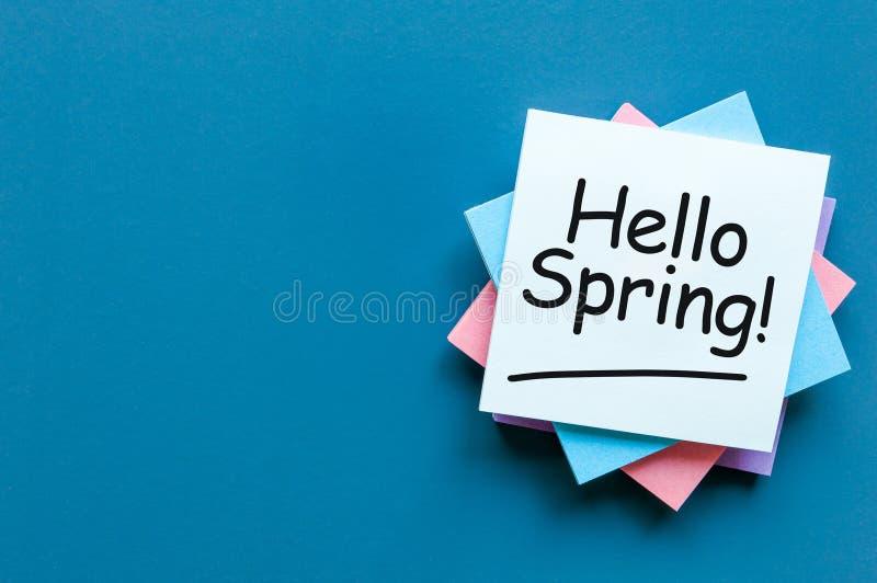 Hello-de Lente - neem van op het werkplaats nota met lege ruimte voor tekst, model of malplaatje Het begin van de de lentetijd stock afbeeldingen