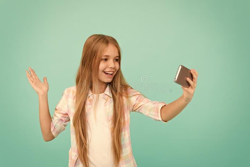 Hello-de wereld dit is mijn kanaal Laat me nemen selfie De greepsmartphone van het kindmeisje Videovraagconcept Meisjesgreep Smar royalty-vrije stock fotografie