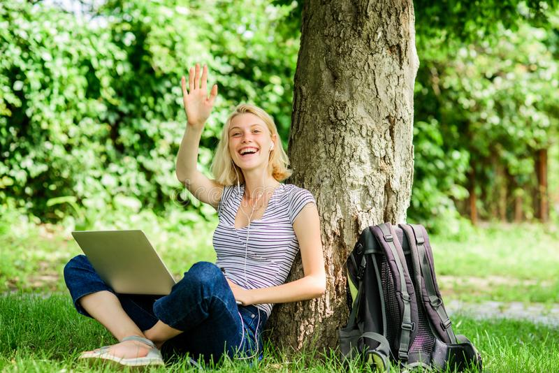 Hello-de zomer Blogger die van nature ge?nspireerd worden de vrouw heeft online zaken Webmededeling de zomer online Blogger stock fotografie