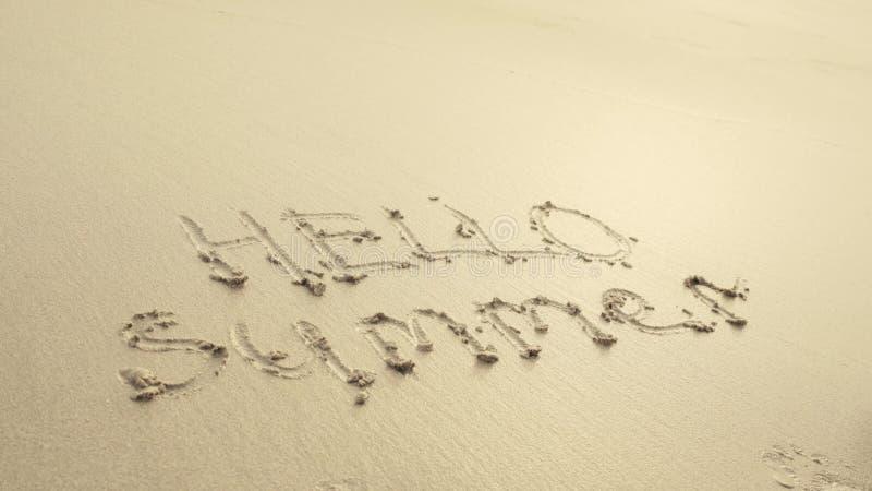 HELLO-de ZOMER op het strandzand wordt door golven altijd wordt gewassen geschreven die royalty-vrije stock foto