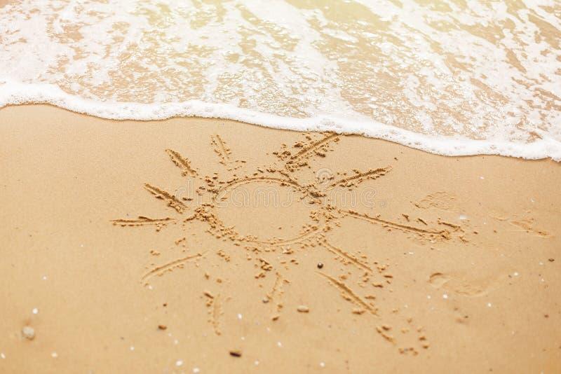 Hello-het concept van de de zomervakantie Zon op zandige strand en overzeese golven die wordt geschreven r Laat ` s gaan reis royalty-vrije stock fotografie