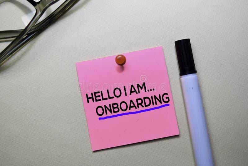 Hello I f.m. Onboarding text på klibbiga anmärkningar som isoleras på kontorsskrivbordet arkivfoton