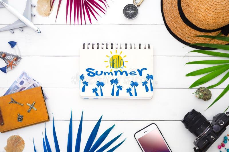 Hello sommar-, sommartidlopp och semesterbakgrundsbegrepp Plan lekmanna- handelsresandetillbehör på vit träbakgrund med royaltyfria foton