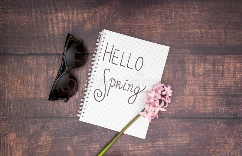 Hello vår - blomma och solglasögon på trätabellen fotografering för bildbyråer