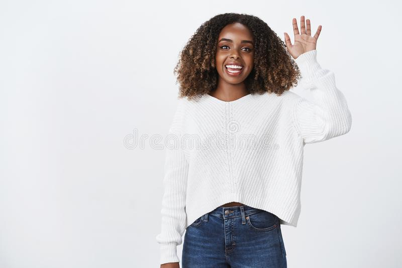 Hello-vriend hoe u Het portret die vriendschappelijke glimlachende prettige Afrikaans-Amerikaanse vrouw charmeren heft hand het g royalty-vrije stock fotografie