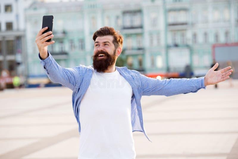 Hello wereld Mens die selfie fotosmartphone nemen Het stromen online videogesprek Mobiel Internet De toerist vangt gelukkig stock afbeeldingen