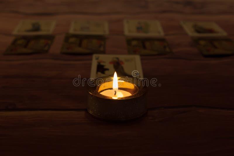 Helloween-Dunkelheit, Mystiker feuerte Kerze mit Spielkarten ab stockfoto