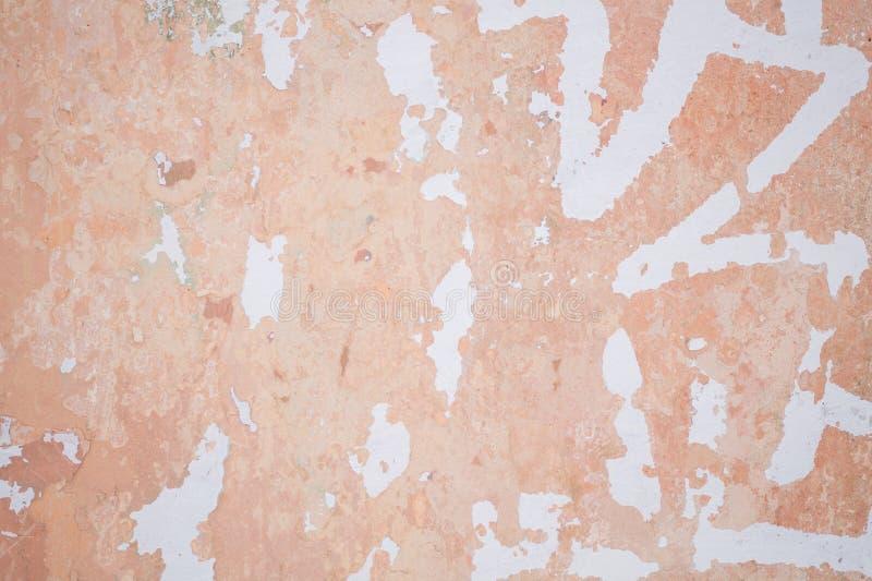 Hellroter schäbiger Wandhintergrund stockbilder