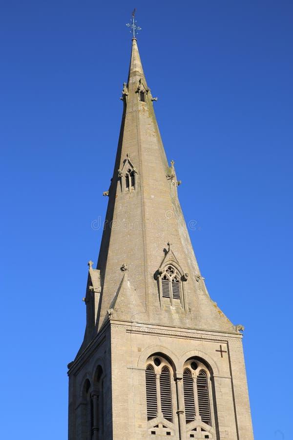 Helm einer Dorfkirche in England stockbild