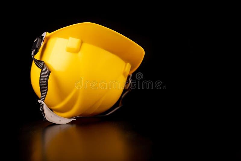 Helm, handschoenen en lepel op een donkere werkbank Veiligheid en hygi?netoebehoren voor bouwvakkers royalty-vrije stock fotografie