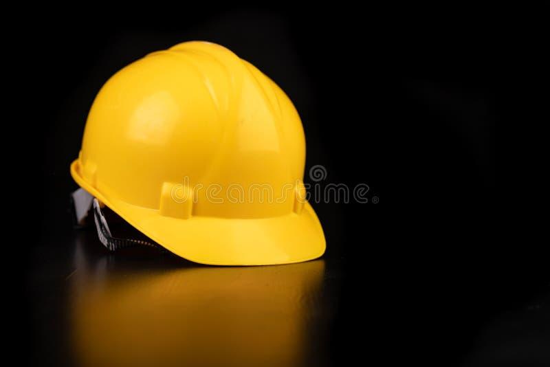 Helm, handschoenen en lepel op een donkere werkbank Veiligheid en hygi?netoebehoren voor bouwvakkers royalty-vrije stock afbeeldingen