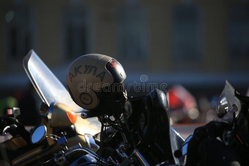 Helm met de inschrijving AKULA op het stuur in backlight op een donkere achtergrond stock foto