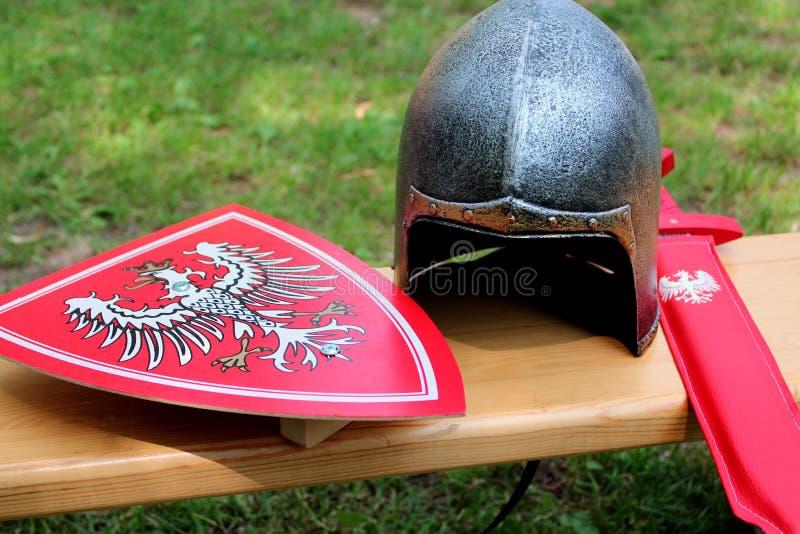 Helm, schild en zwaardridder stock afbeelding