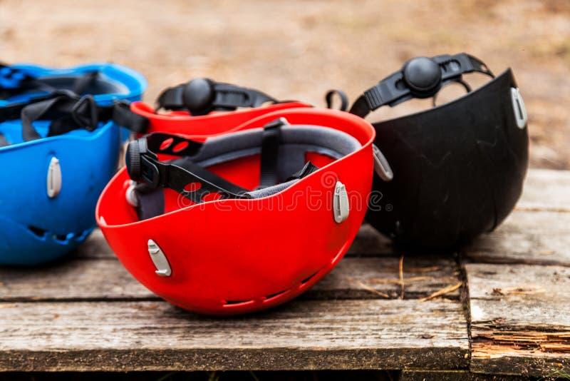 Helm voor het beklimmen van veiligheid en kabelstad stock afbeeldingen