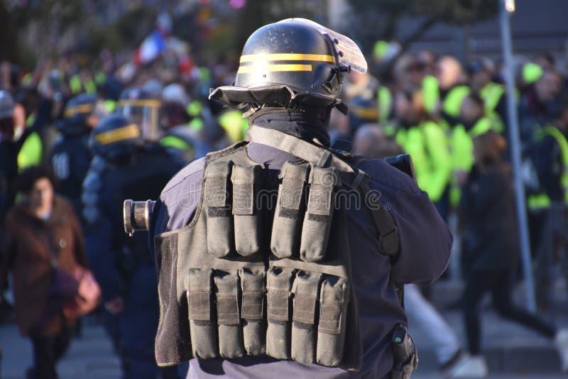 Helmeted polis i handling royaltyfria bilder