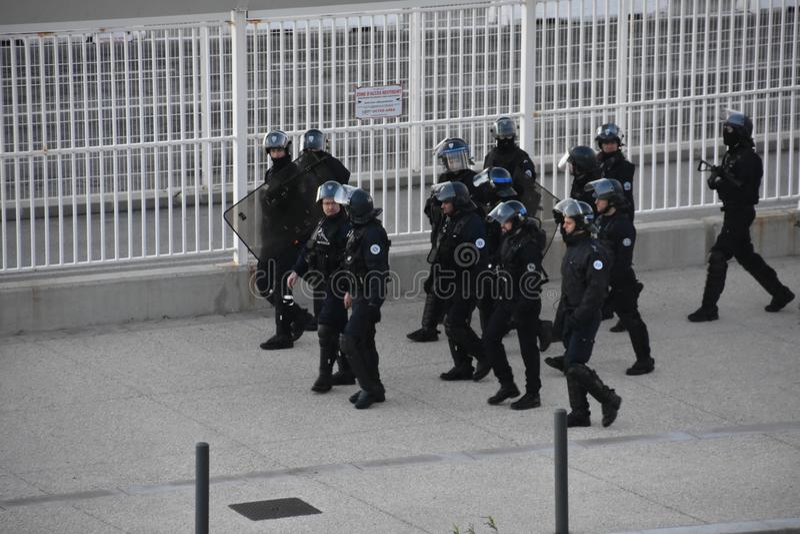 Helmeted poliser i handling arkivfoton