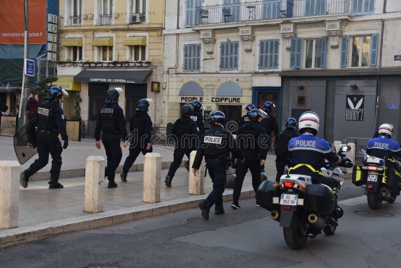 Helmeted poliser i handling royaltyfri foto