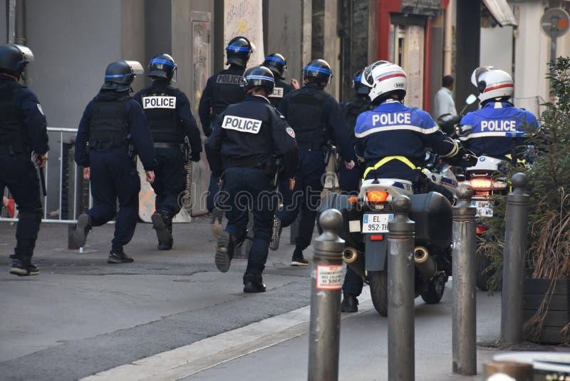 Helmeted poliser i handling royaltyfri fotografi