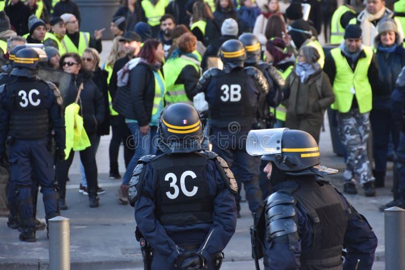 Helmeted politiemannen in actie stock afbeeldingen