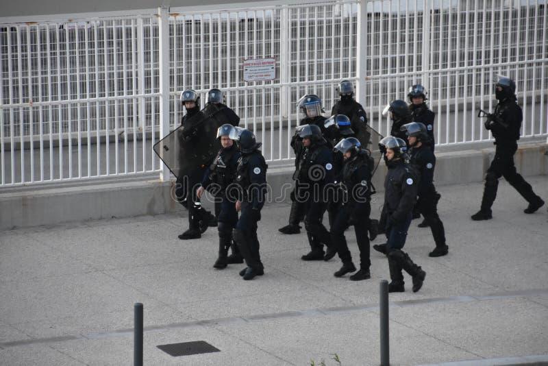 Helmeted politiemannen in actie stock foto's