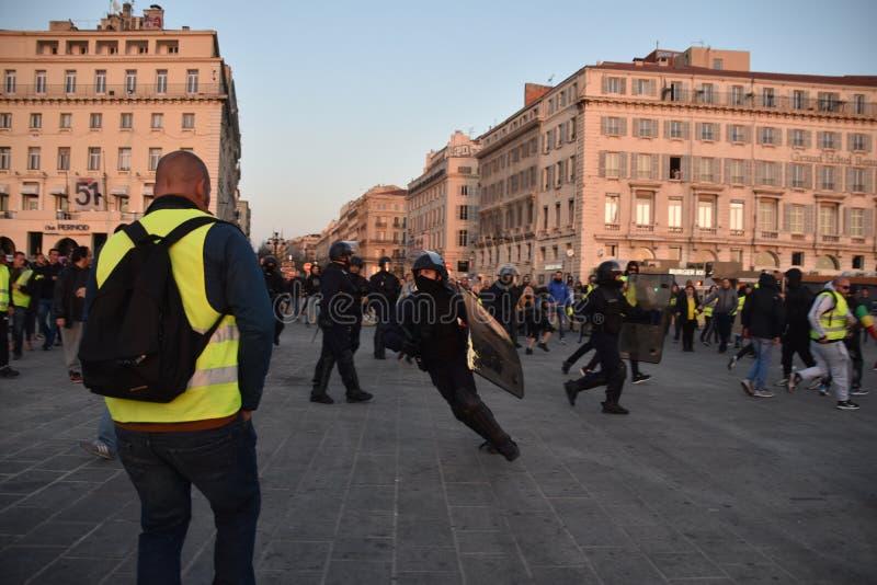 Helmeted politiemannen in actie stock afbeelding