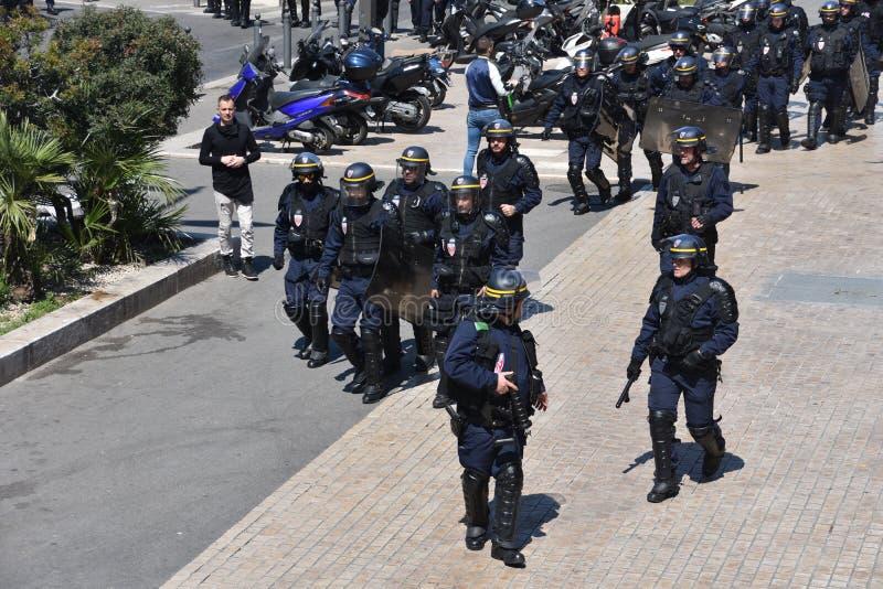 Helmeted politiemannen stock foto