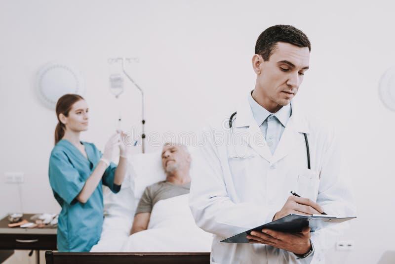 Help Patient医生与身体的 医院和人 库存照片
