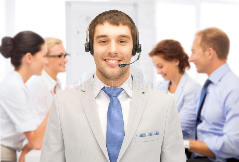 Helpline operator z hełmofonami w centrum telefonicznym obrazy royalty free
