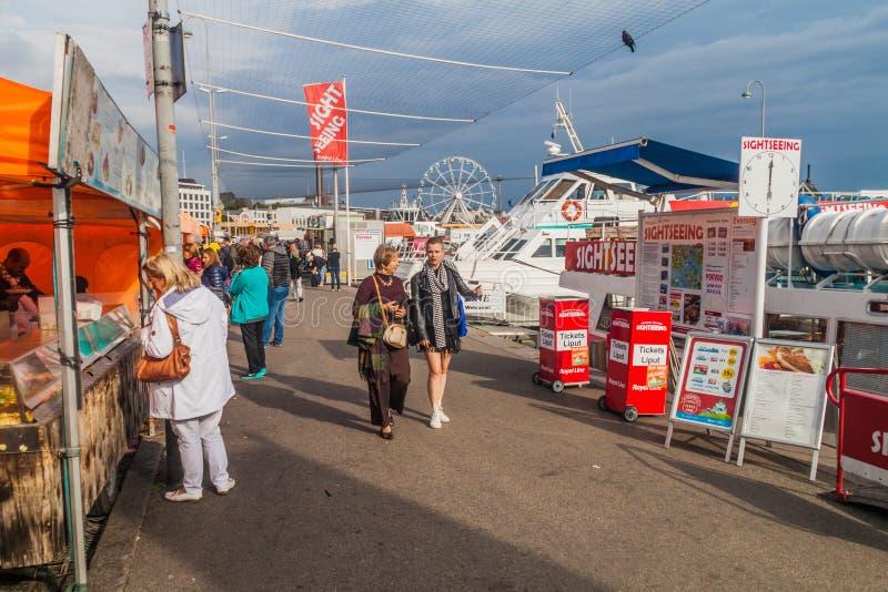HELSÍNQUIA, FINLANDIA - 25 DE AGOSTO DE 2016: Os povos andam ao longo das tendas no mercado de Kauppatori em Helsin foto de stock