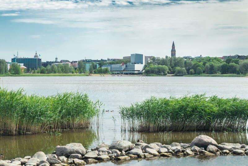 Helsínquia, Finlandia - 12 de junho de 2019: A baía de Toolo no parque da cidade no congresso de Helsínquia, de Finlandia Salão e fotos de stock
